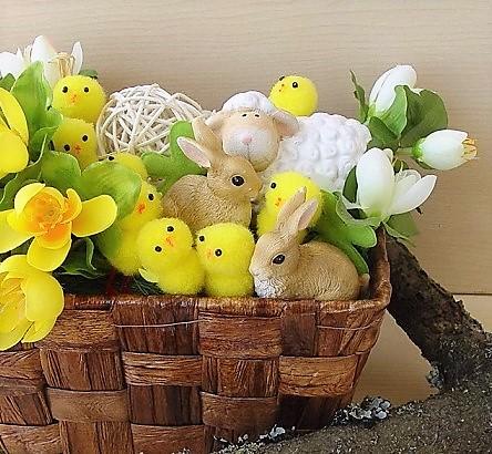 Žlutá kuřátka: stylová dekorace pro velikonoční období